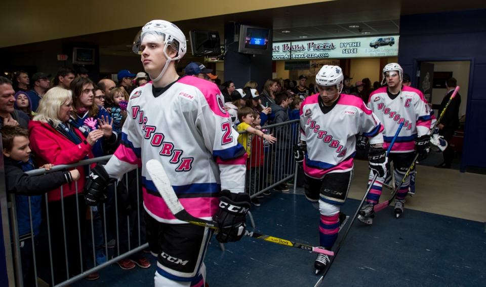 08-victoria-royals-vs-vancouver-giants-pink-in-the-rink-feb-25-2017-kevinlightphoto_lx16991
